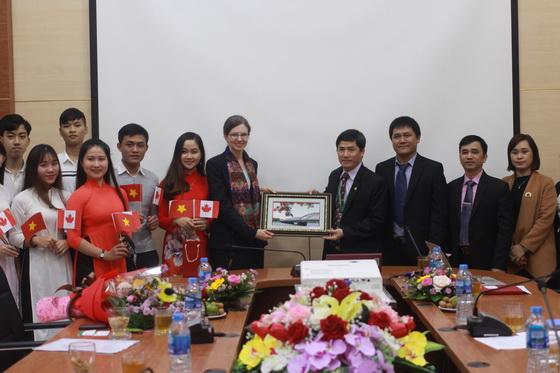 Đại sứ đặc mệnh toàn quyền Canada tại Việt Nam đến thăm và làm việc tại trường Đại học Nông Lâm, Đại học Huế
